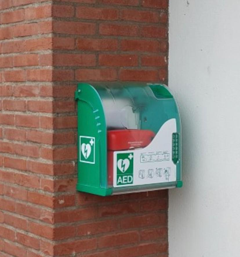 De Altius Vriendenclub van 100 levert nieuwe AED !